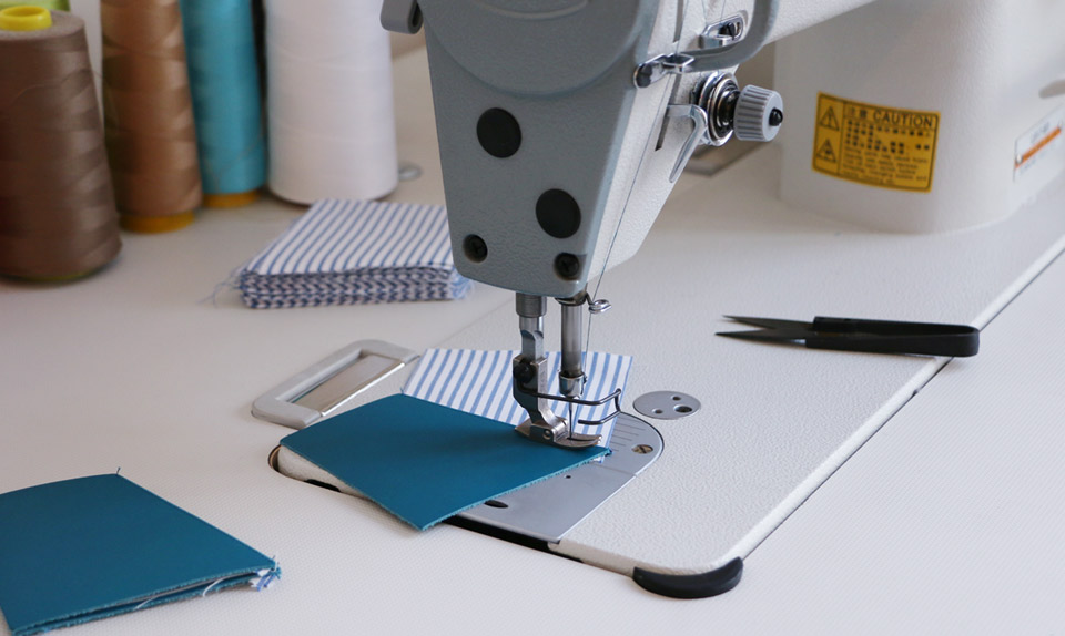 Striiiipes-workshop-in-Paris-sewing-machine-with-nfc-cardholder